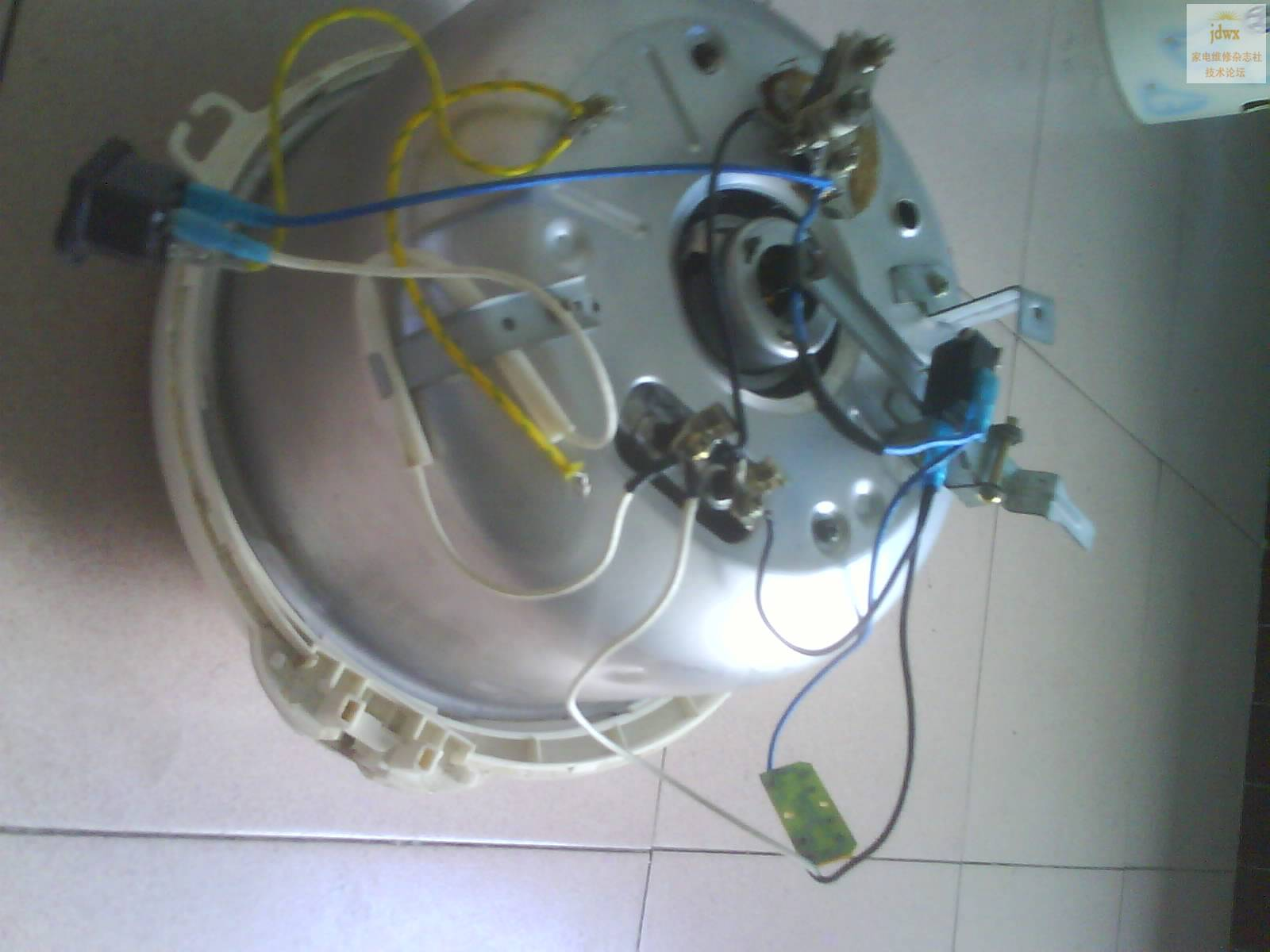 (102.46 KB)  --------------------------------- 是电脑板还是机械板的啊?电脑板按图去接,机械板就是门控和温控并联后再与发热盘串联就可以啦 --------------------------------- 工程师连接这二根线都接不来?拿来叫我徒弟帮忙弄一下了但声明一下:我徒弟可不是工程师。 --------------------------------- 从图片上看,接线正确。。是保温开关有问题,两触点未接通。 -----------------------